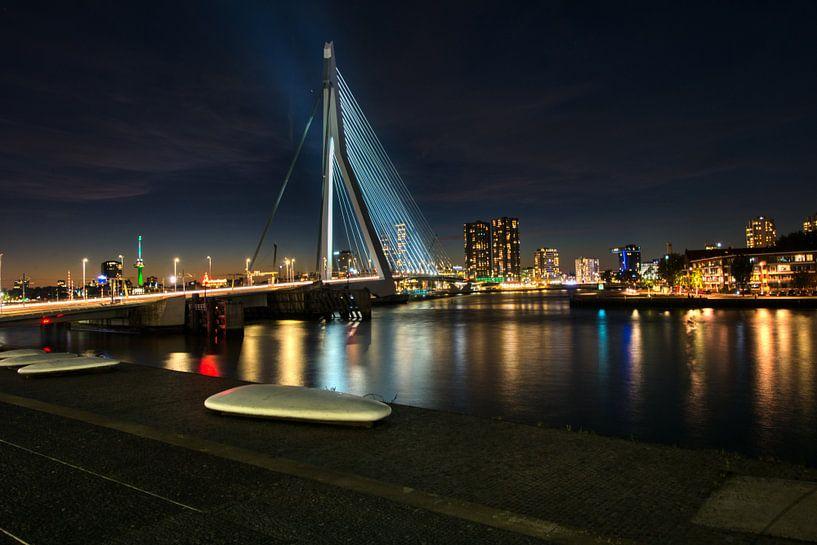 Erasmusbrug Rotterdam Verlicht bij Nacht. van Brian Morgan