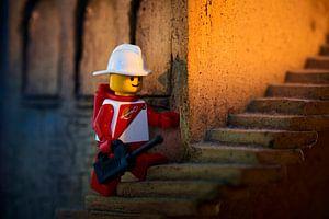 Lego mannetje op een stenen trap van Jenco van Zalk