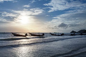 Vissersboten met mooie en romantische zonsondergang. Koh Taoin Thailand. van Tjeerd Kruse