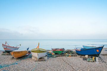 Fischerboote an einem Strand in der Normandie, Frankreich.