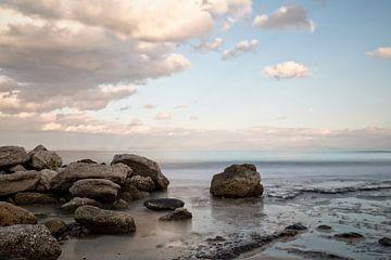 Griechische Küste mit Felsen und Meer im Vordergrund von Miranda van Hulst