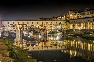 Reflecties van de Ponte Vecchio in Florence bij nacht van Mike Baltussen