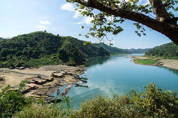 Uitzicht op de Lemro rivier vanuit Chin dorpje, Mrauk U van Annemarie Arensen