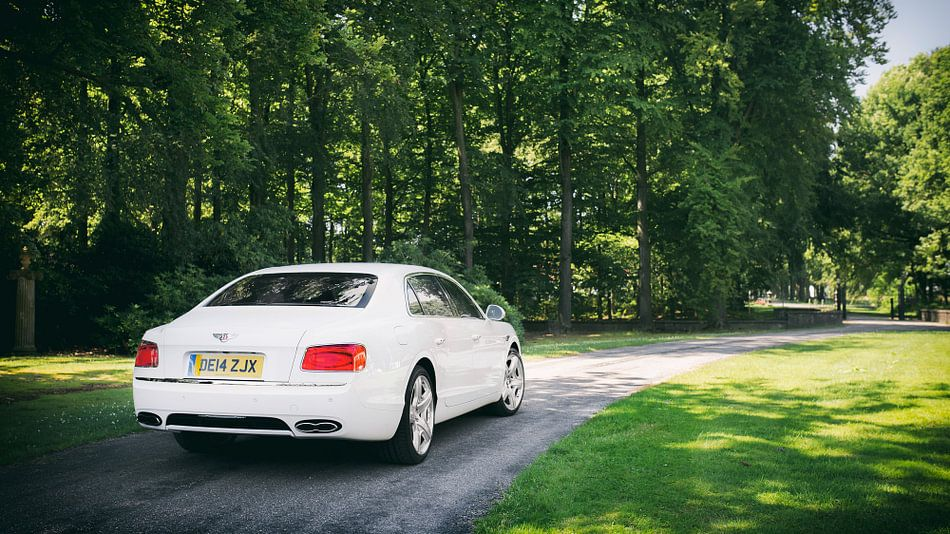 Wit Bentley Flying Spur V8 van Ansho Bijlmakers