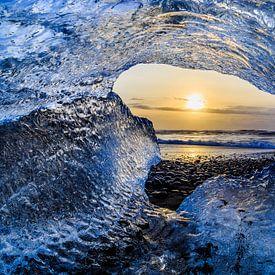 Caught in ice van Robert Riewald