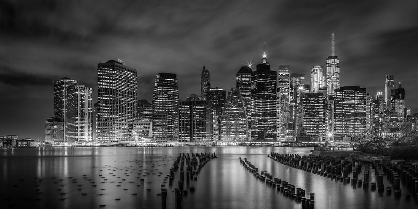 NEW YORK CITY Monochrome Impression bei Nacht | Panorama von Melanie Viola