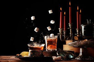 suikerklontjes die in glazen theekopjes vallen op een rustieke tafel met kaarsen en snoepjes, gezell van Maren Winter