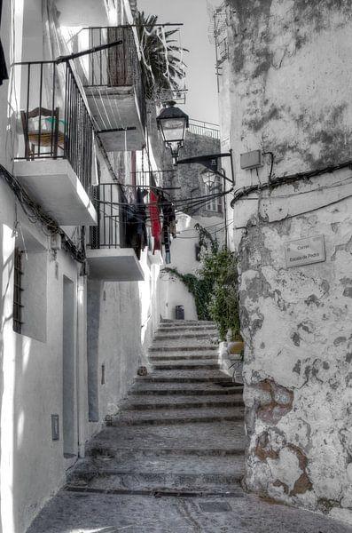 HDR foto van één van de vele trapstraatjes in Ibiza stad. van Wijbe Visser