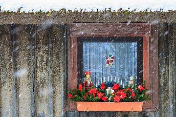 Weihnachtlich geschmücktes Fenster im Winter von Rico Ködder