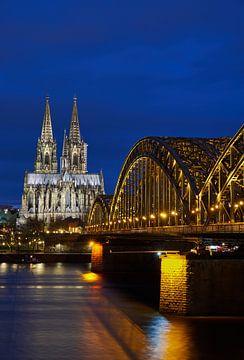 Cathédrale de Cologne et pont Hohenzollern la nuit sur 77pixels
