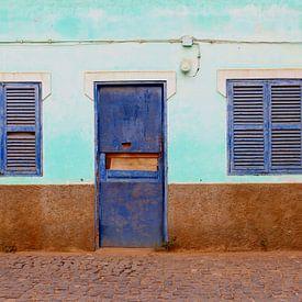 Vervallen blauwe luiken van Inge Hogenbijl