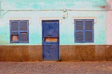 Baufällige blaue  Fensterläden von Inge Hogenbijl
