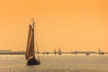 Friese zeilschepen bij zonsondergang van Martin Bergsma