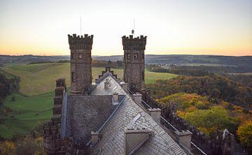 Schloss in hügeliger Landschaft von Gonnie van Hove
