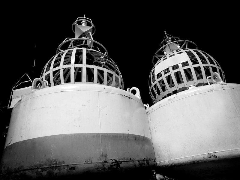 Bouée lumineuse, côte néerlandaise (noir et blanc) sur Rob Blok