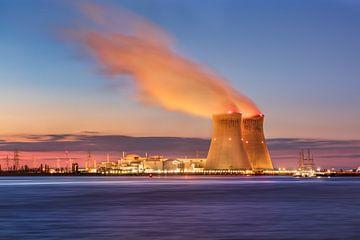 Kerncentrale Doel tijdens de prachtige zonsondergang, Antwerpen van Tony Vingerhoets