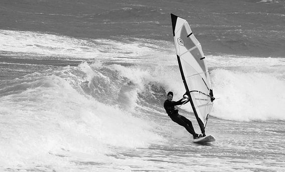Windsurfer op hoge golven bij Domburg