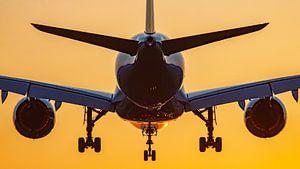 Vliegtuig landt met zonsopkomst van Dennis Dieleman