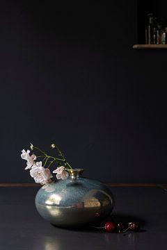 Stilleven met klimroos in Mobach keramiek en kersen van Affect Fotografie