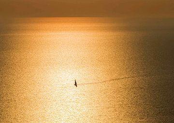 Zeilboot eenzaam in gouden zee van Fokje Otter