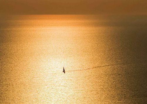 Zeilboot eenzaam in gouden zee van