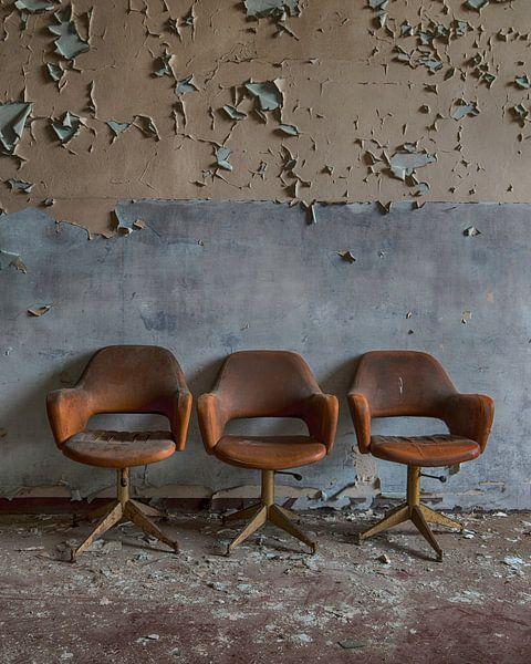 3 stoelen voor de muur van Manja van der Heijden