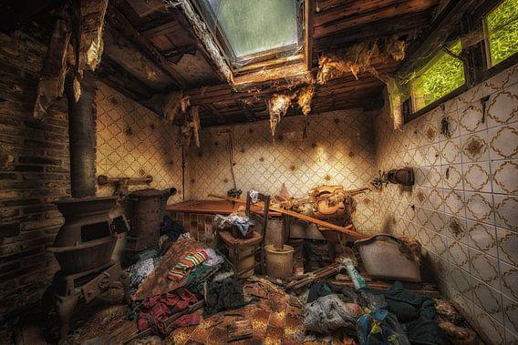 Oude badkamer in een verlaten boerderij in Belgie van Steven Dijkshoorn