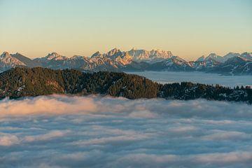 Zicht op de Zugspitze boven de zee van mist tijdens inversieweer van Leo Schindzielorz