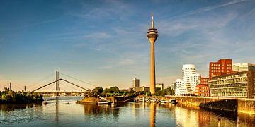 Panorama Gehry-gebouwen en televisietoren in de mediahaven Düsseldorf van Dieter Walther