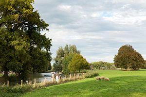 Wandelaars maken een wandeling over het jaarpad langs de Kromme Rijn
