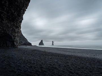 Schwarzer Strand und Reynisdrangar-Felsen an einem grauen Tag in Island von Teun Janssen