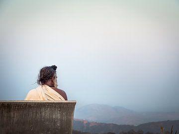 India - Jaipur - Hindoe-priester op een bankje