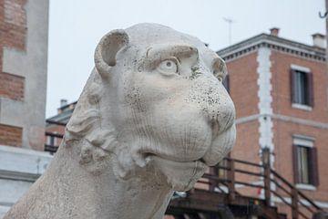 Kop van oud Romeins beeld van leeuw voor het arsenaal in Venetië, Italië van Joost Adriaanse