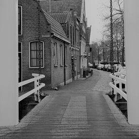 kettingbrug met oude huizen  van Paul Franke