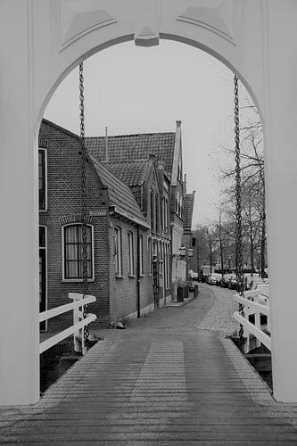 kettingbrug met oude huizen  van