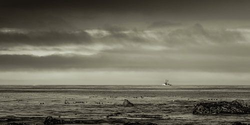 Vissersboot op een kalme oceaan.