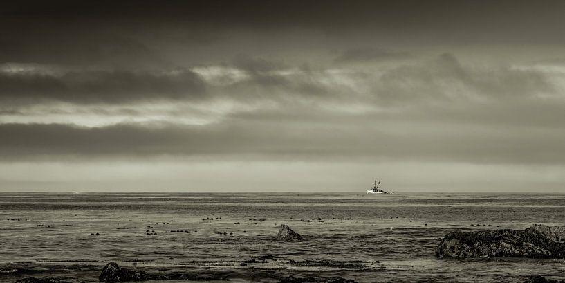 Vissersboot op een kalme oceaan. van Bas Wolfs