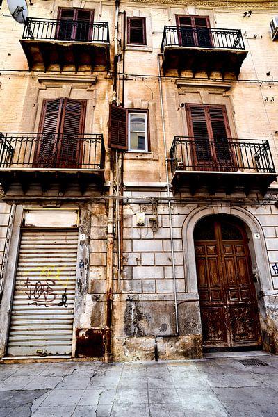 Verlaten Siciliaans huis in Palermo van Silva Wischeropp