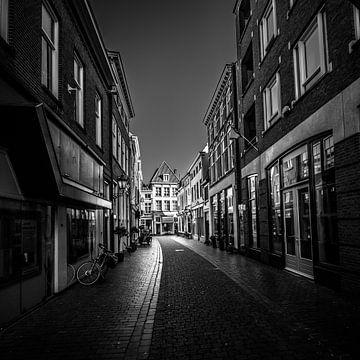 Kortemeestraat in Bergen op Zoom (Brabant) (schwarz-weiß) von Fotografie Jeronimo