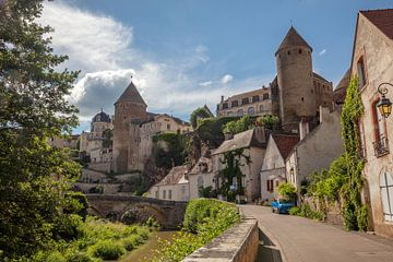 Brug, torens en rivier om Semur-en-Auxois, Frankrijk van Joost Adriaanse