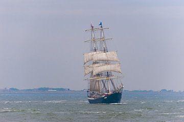 Zeilschip op zee met halve zeilen  van Brian Morgan