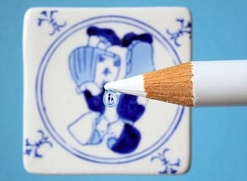 Dalle bleue de Delft reflétée dans la goutte d'eau sur