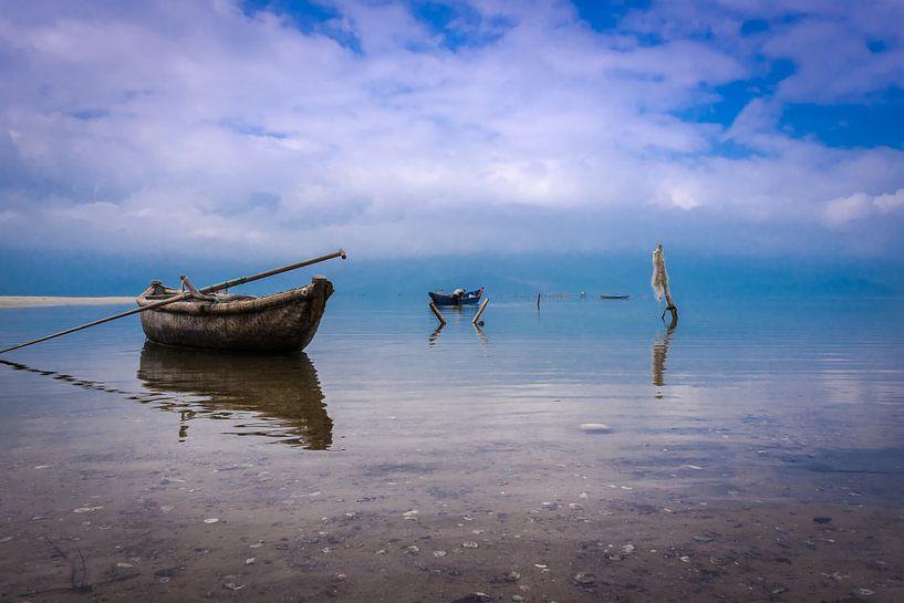 Vissersbootje in de baai aan de Zuid-Chinese Zee, Vietnam van Rietje Bulthuis
