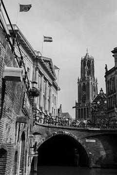 Domtoren en Stadhuis vanaf de werf aan de Oude Gracht, Utrecht (zwart-wit) van Kaj Hendriks