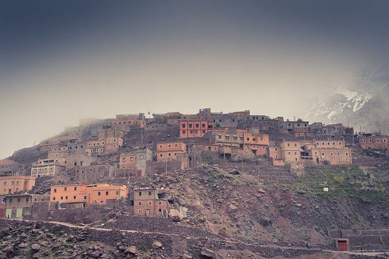 Bergdorp in de mist