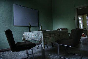 Oude verlaten tafel in een verlaten kantoor van Melvin Meijer