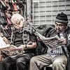 Männer lesen Zeitung in Peru von Rob Bleijenberg Miniaturansicht