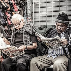 Männer lesen Zeitung in Peru