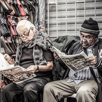 Männer lesen Zeitung in Peru von Rob Bleijenberg