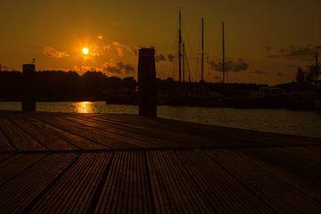 Zonsondergang bij de jachthaven te Vollenhove. van Benny van de Werfhorst